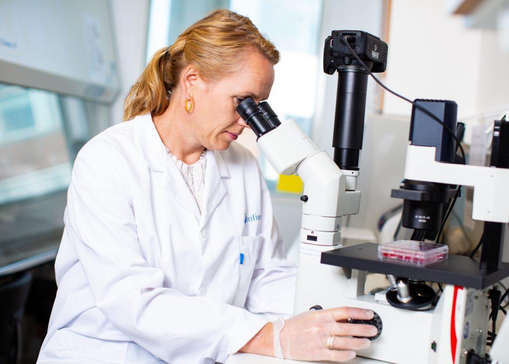 Tone-Kari Knutsdatter Østbye fra Nofima i gang med forberedelser til å genredigere lakseegg ved hjelp av CRISPR-Cas9 for økt motstand mot lakselus.
